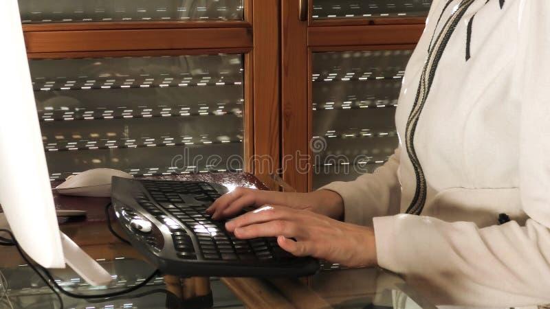Frau in der intelligenten Funktion lizenzfreie stockbilder