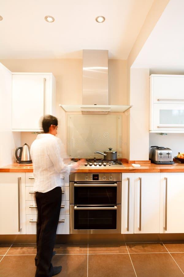 Frau in der Küche stockbilder
