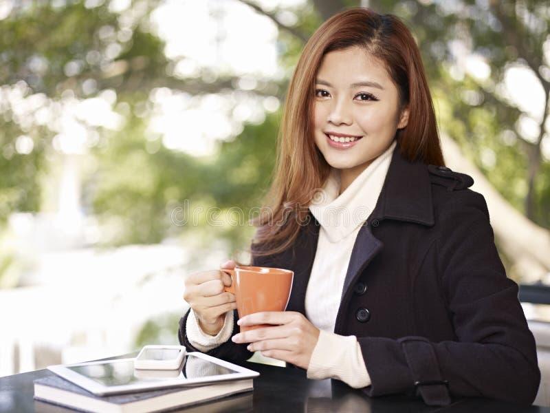 Frau in der Kaffeestube lizenzfreie stockfotografie