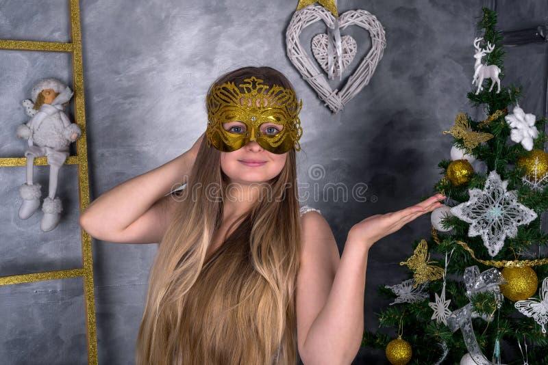 Frau in der Karnevalsmaske mit Dekorationen des neuen Jahres Neues Jahr 2019 lizenzfreie stockbilder