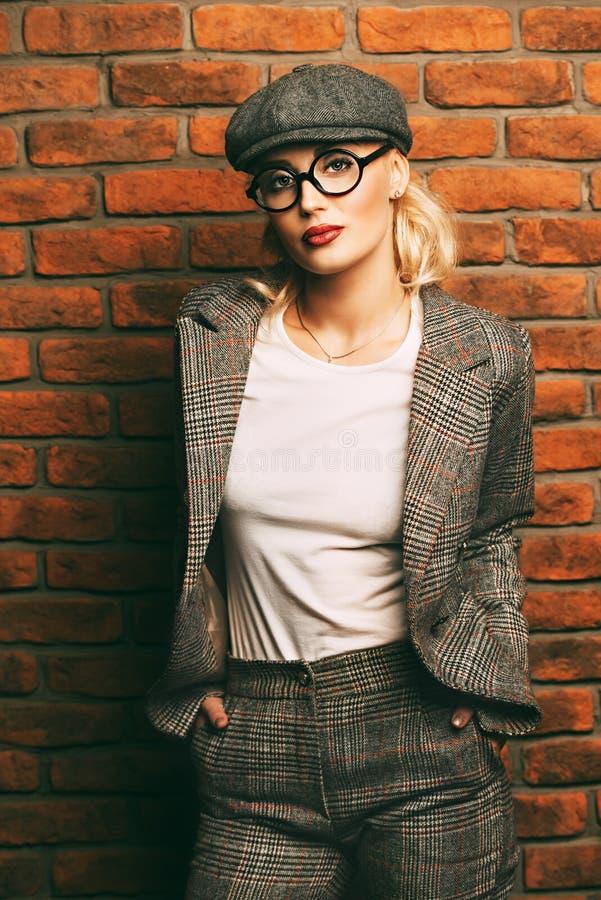 Frau in der Klage lizenzfreies stockbild