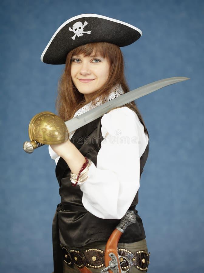 Frau in der Kleidung des Piraten auf blauem Hintergrund lizenzfreies stockbild