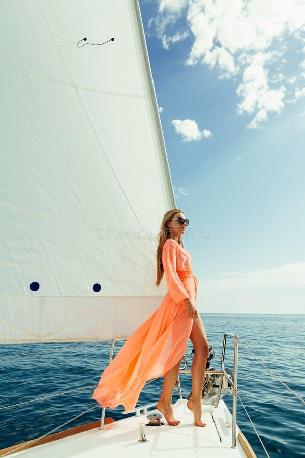 Frau in der Luxusreise der weißen Segel des Sarongsegelsports lizenzfreie stockfotografie