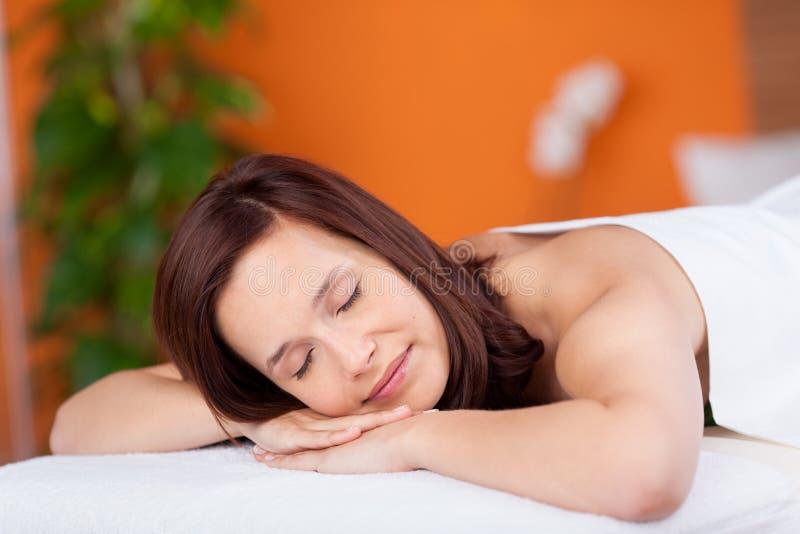 Frau in der Massage lizenzfreie stockbilder