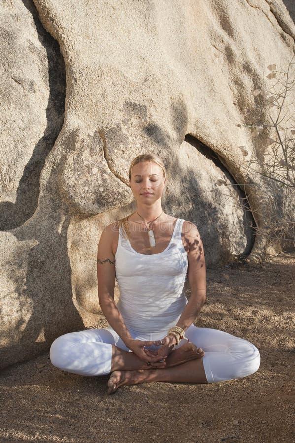 Frau in der Meditation stockfotos