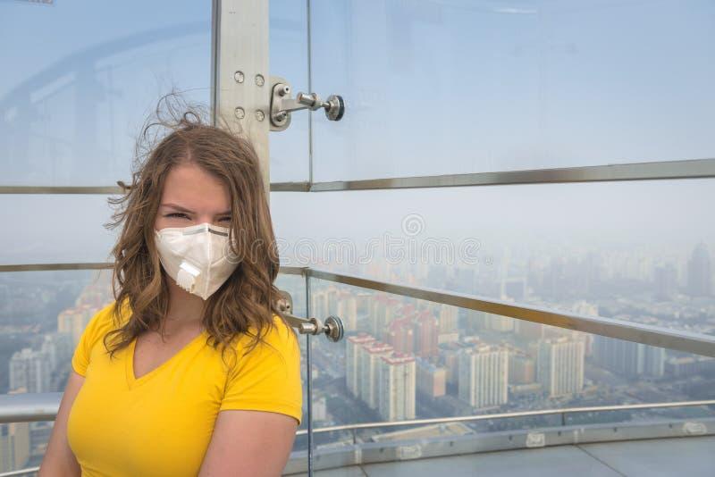 Frau in der medizinischen Maske gegen die Luftverschmutzung stockfoto