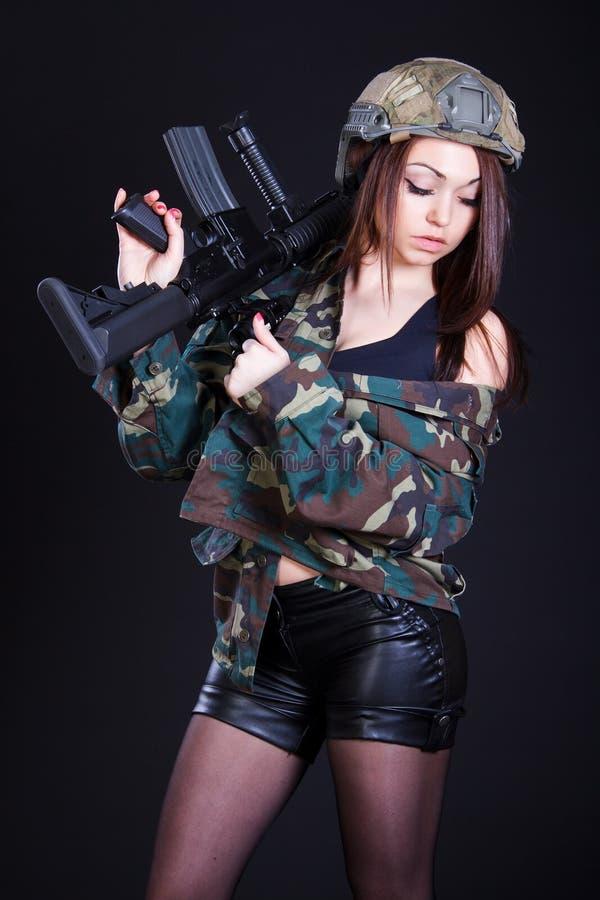 Frau in der Militäruniform mit einem Sturmgewehr stockfoto