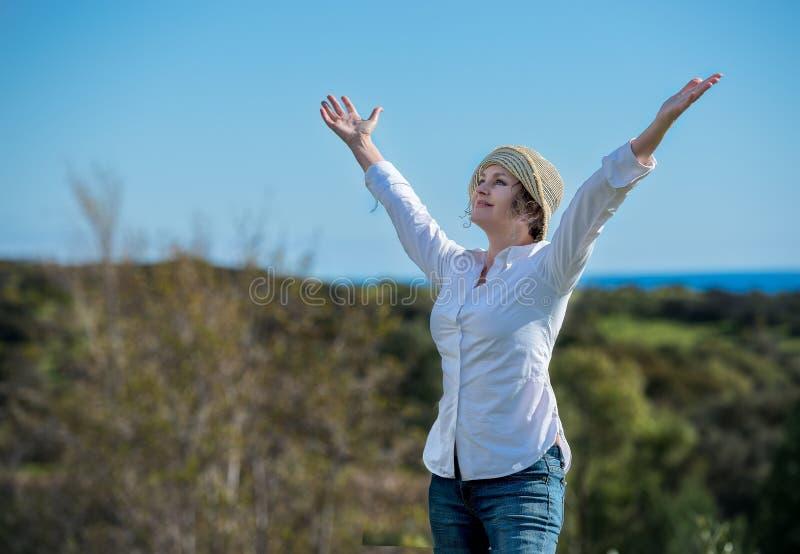 Frau in der Natur mit den Armen ausgestreckt stockfoto