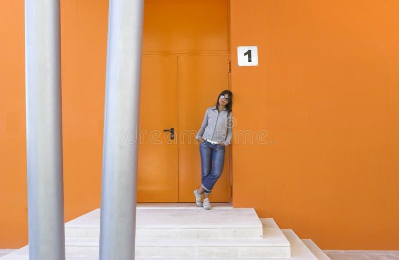 Frau in der Orange stockbilder