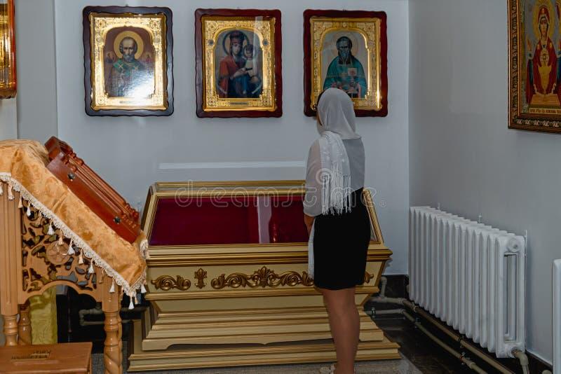 Frau in der orthodoxen Kirche stockbilder
