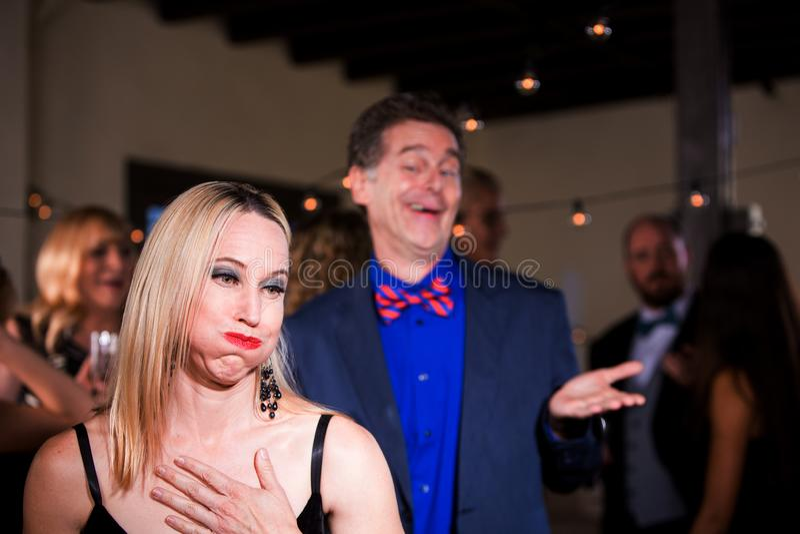 Frau an der Partei geekelt mit flegelhaftem Mann stockfotos