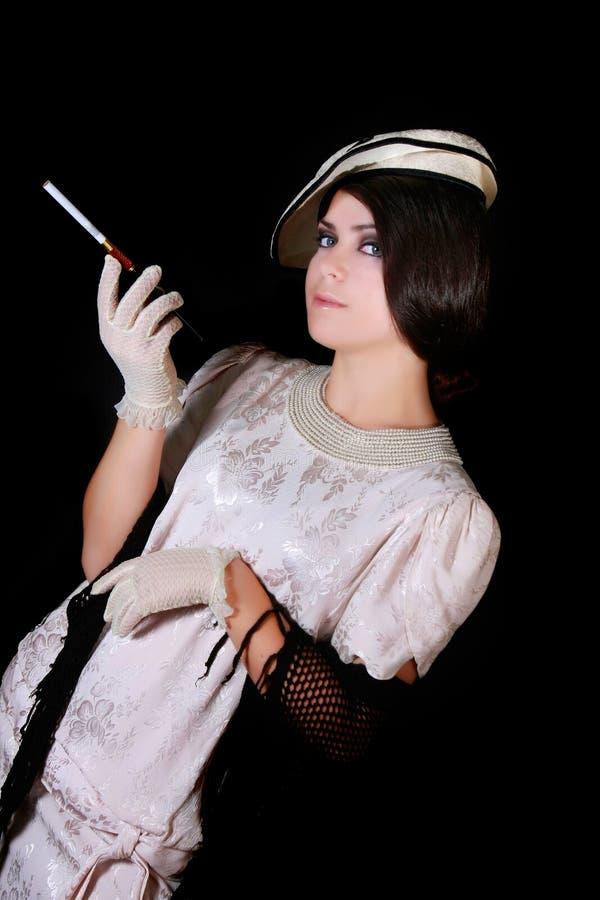 Frau in der Retro- Art mit Zigarette über Schwarzem stockbilder