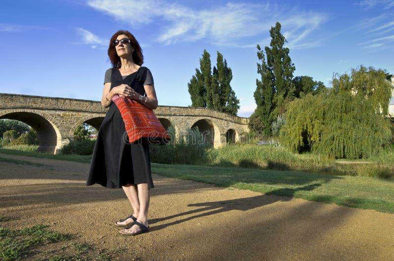 Frau an der Richmond-Brücke, Tasmanien lizenzfreie stockfotos