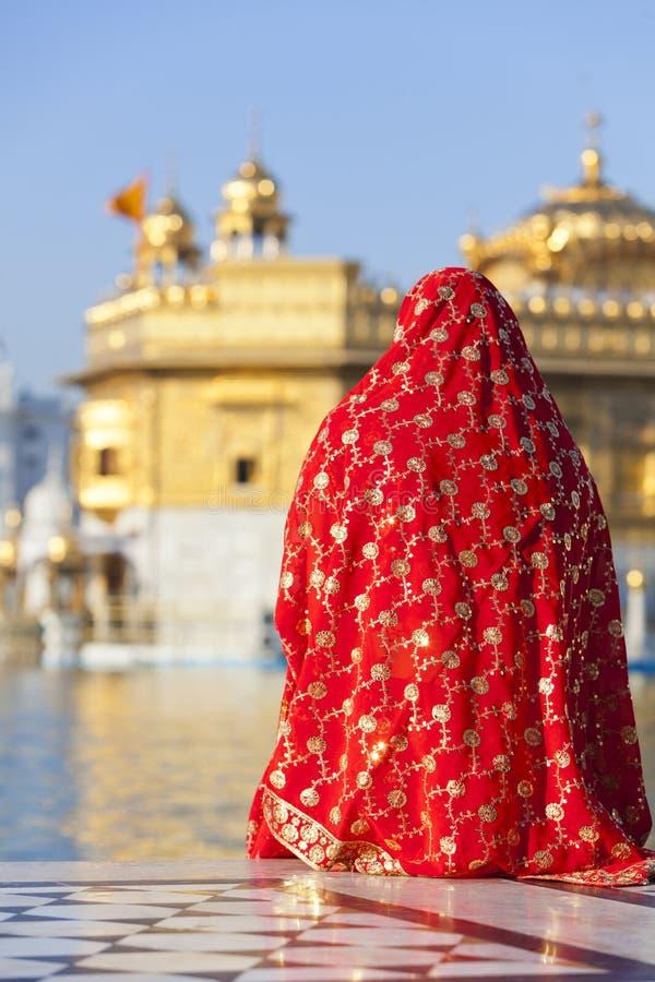 Frau in der roten Sari am goldenen Tempel. stockfotos