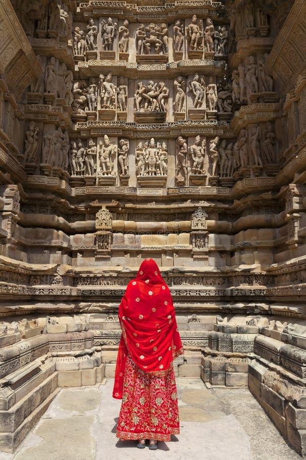 Frau in der roten Sari, Khajuraho. stockbilder