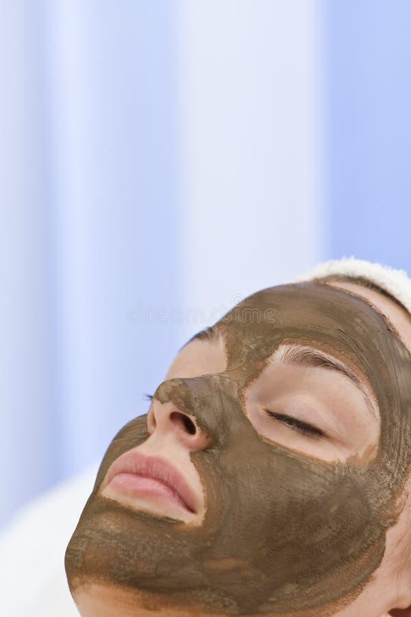 Frau in der Schokoladen-Gesichtsmaske-Gesichtsbehandlung am Gesundheits-Badekurort lizenzfreies stockfoto