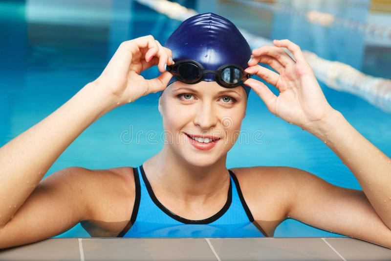 Frau in der Schwimmenklage nahe Pool stockfotografie