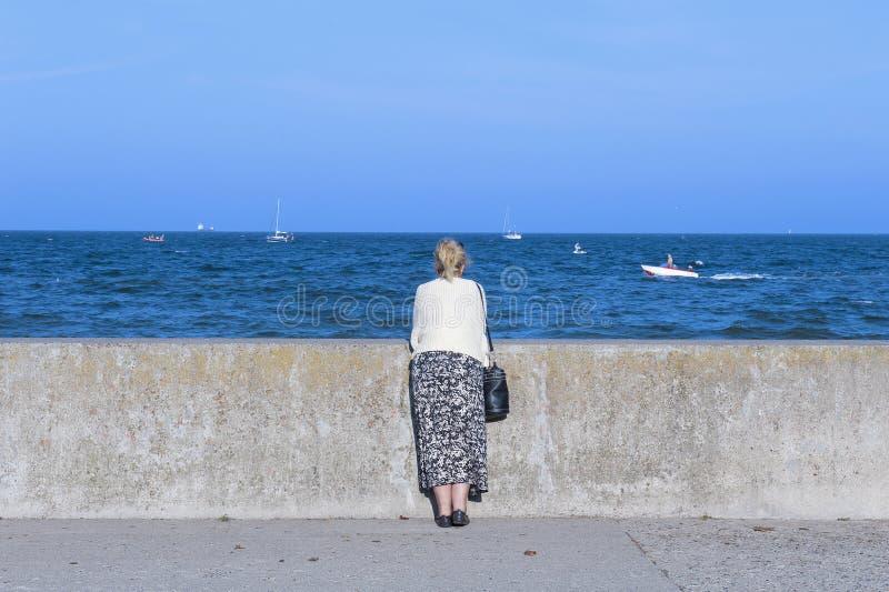 Frau an der Seeseite stockfoto
