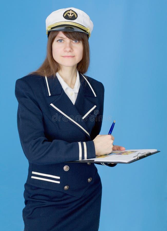 Frau in der Seeuniform mit Tablette lizenzfreies stockbild