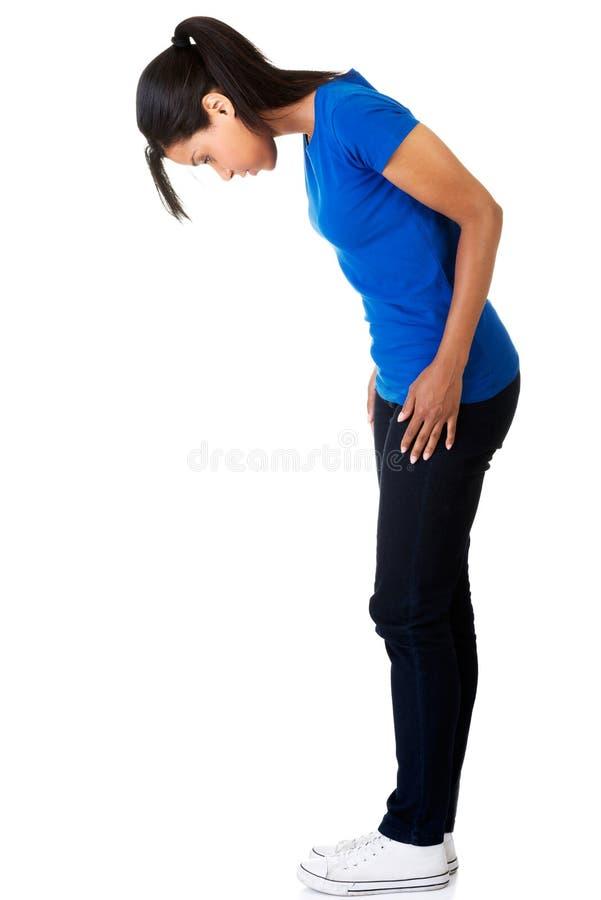 Frau der Seitenansicht in voller Länge, die unten schaut stockfoto