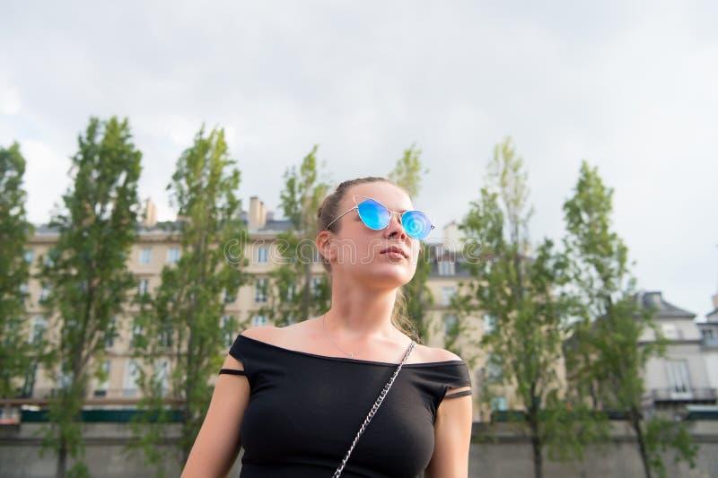 Frau in der sexy Weste in Paris, Frankreich Sinnliche Frauenabnutzungssonnenbrille auf Stadtbild Wanderlust- oder Ferien- und Rei lizenzfreie stockfotografie