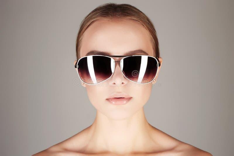 Frau in der Sonnenbrille Modernes Mädchen lizenzfreie stockfotos