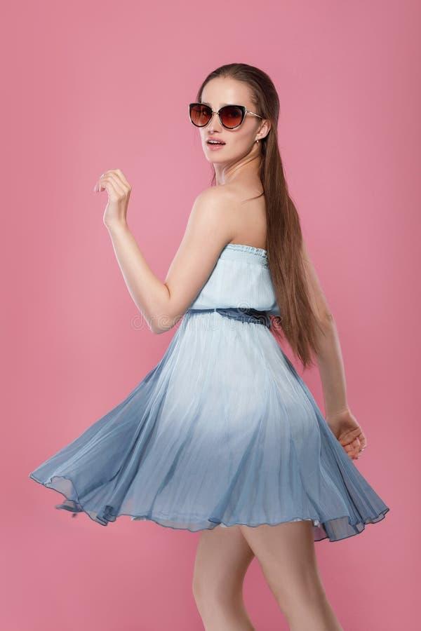 Frau in der Sonnenbrille und im blauen Kleid stockfoto