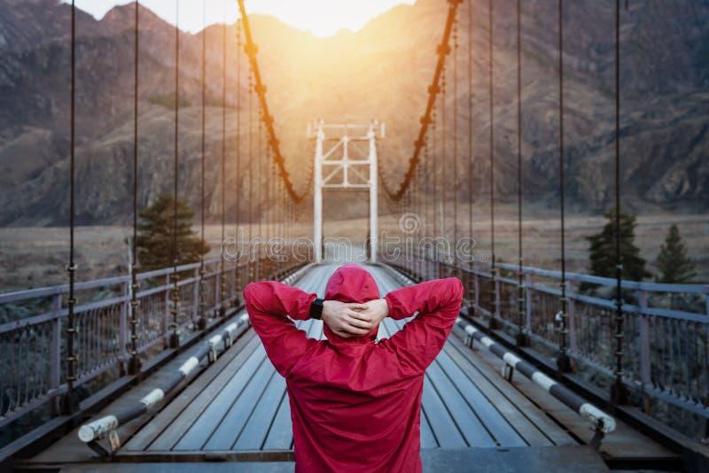 Frau in der Sportkleidung, die für Lauf auf der Brücke sich vorbereitet stockfotos