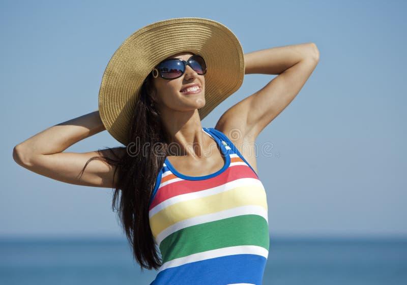 Frau in der Strandabnutzung stockfotografie