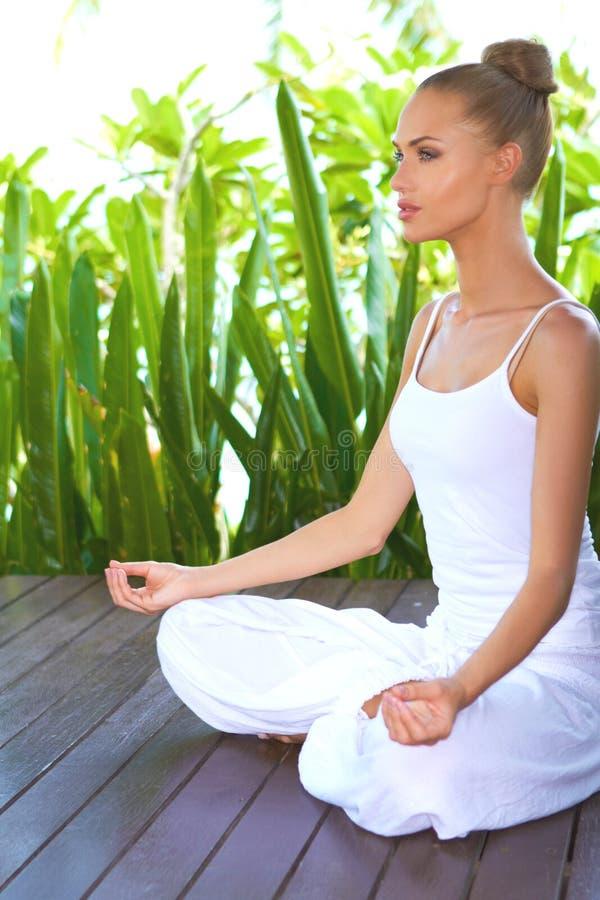 Frau in der tiefen Betrachtung beim Meditieren stockfotos