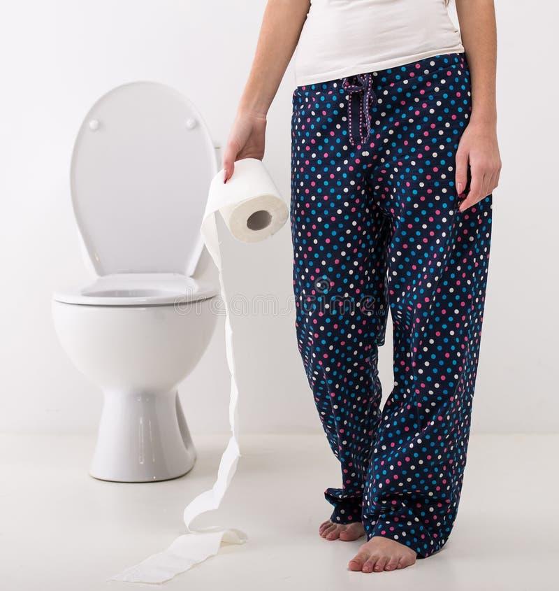 Frau in der Toilette lizenzfreies stockbild