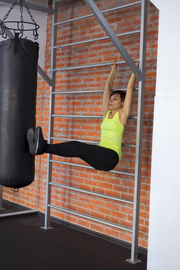 Frau an der Turnhalle, die Übungen die Beine zur Spitze tut stockfoto