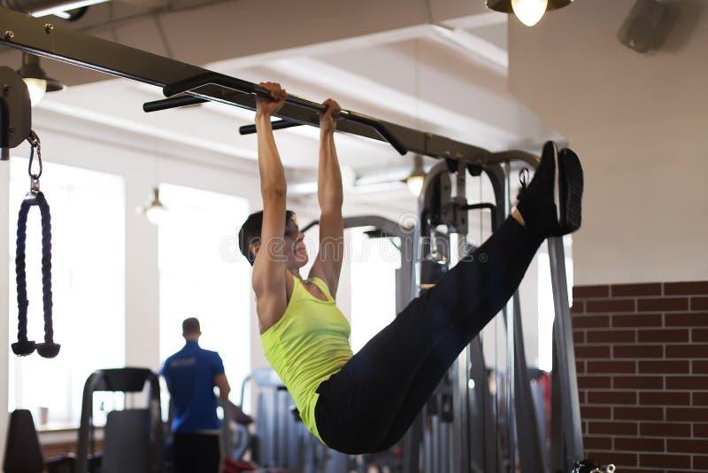 Frau an der Turnhalle, die Übungen die Beine zur Spitze tut stockfotos