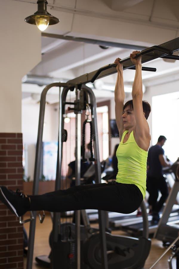 Frau an der Turnhalle, die Übungen die Beine zur Spitze tut lizenzfreie stockfotografie