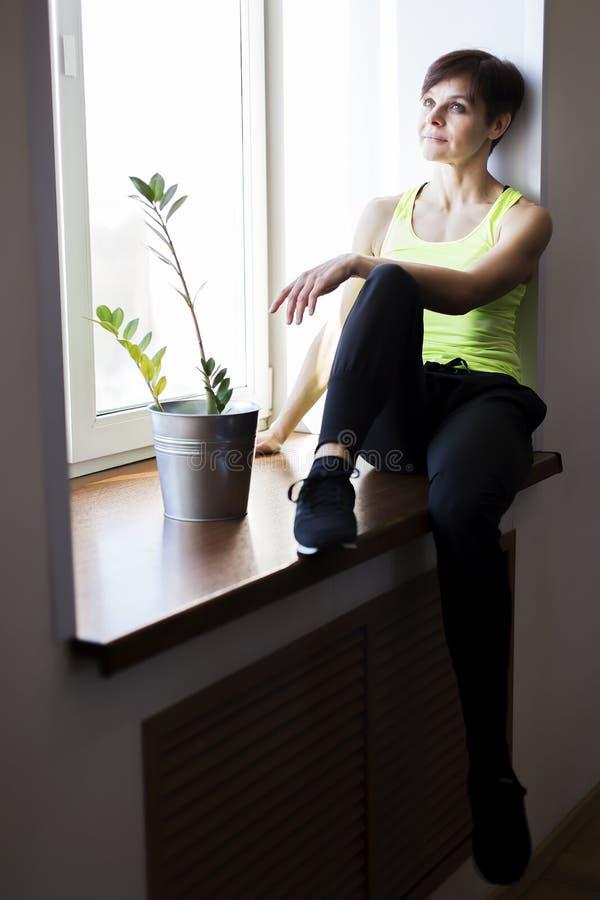 Frau in der Turnhalle, die nach einem Training stillsteht lizenzfreies stockbild