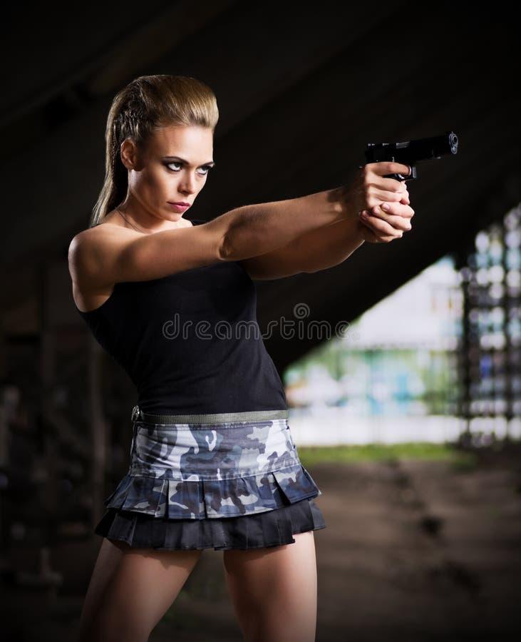 Frau in der Uniform mit Gewehr (dunkle Version) stockbild