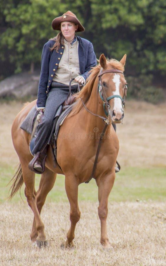 Frau in der Verbandsuniform zu Pferd lizenzfreie stockbilder