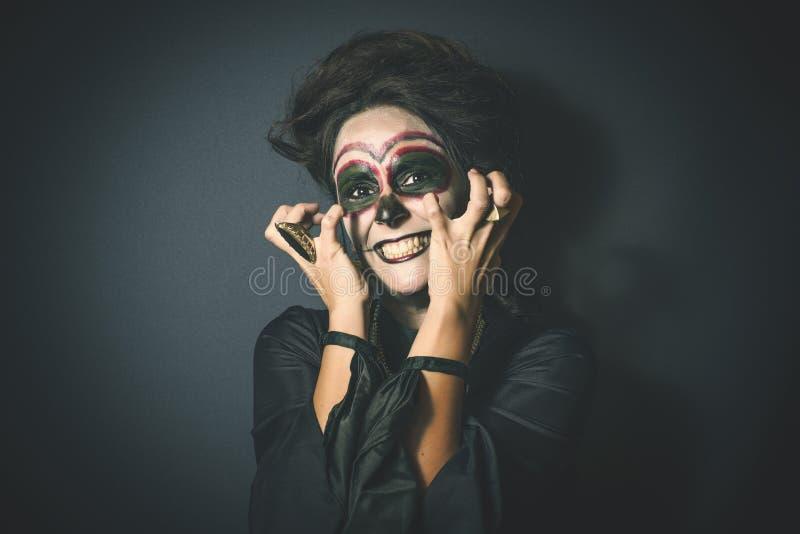 Frau in der Verkleidung für Halloween lizenzfreies stockfoto