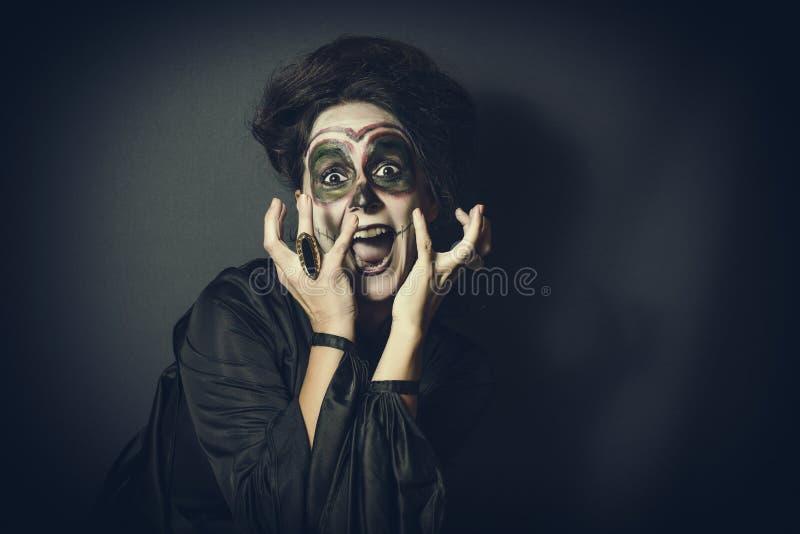 Frau in der Verkleidung für Halloween stockbild
