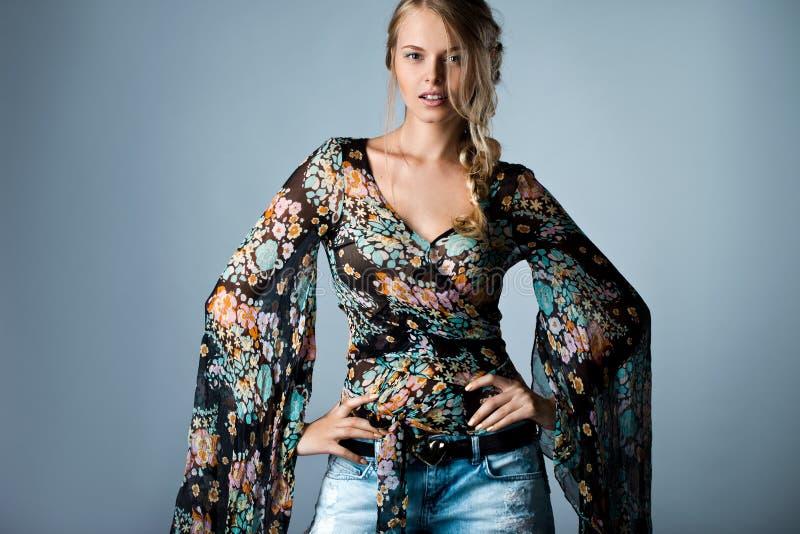 Frau in der vielfarbigen Bluse stockfotografie