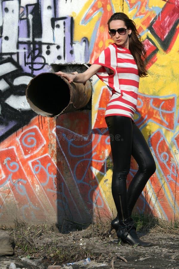 Frau an der Wand lizenzfreies stockbild