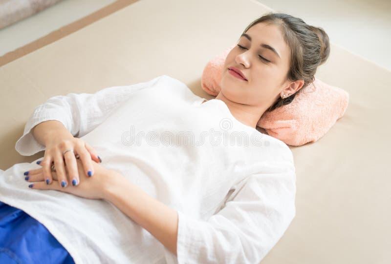 Frau in der Warteaufwartung der hellen Kleidungs, zum Massage im Badekurort zu sein lizenzfreies stockfoto
