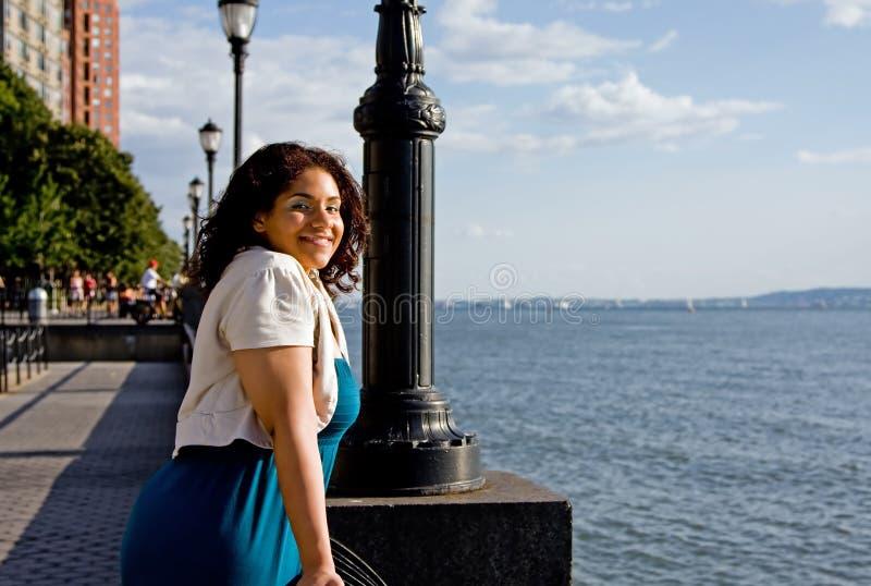 Frau an der Wasserseite lizenzfreie stockbilder