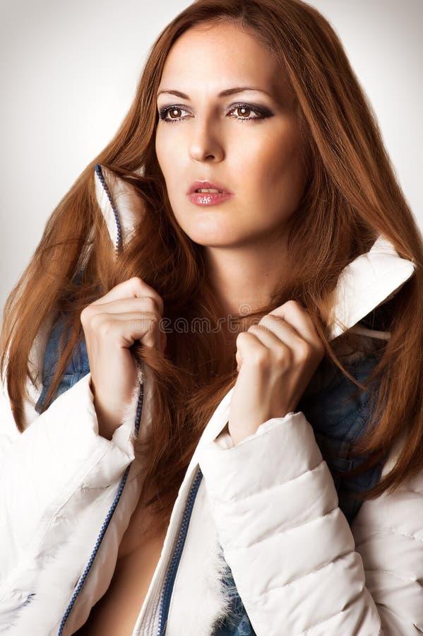 Frau in der weißen modernen Jacke lizenzfreie stockfotografie