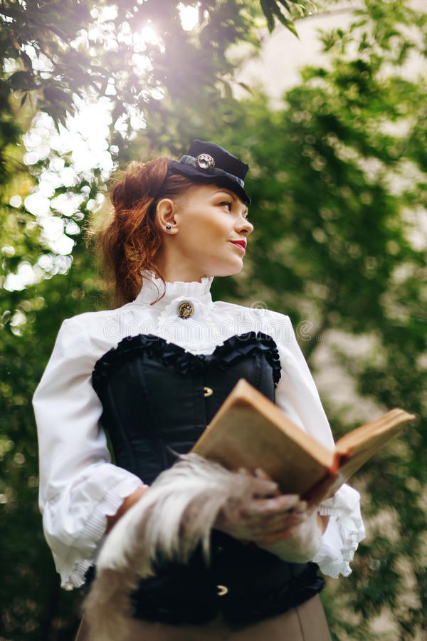 Frau in der Weinlese kleidet Lesebuch lizenzfreies stockfoto