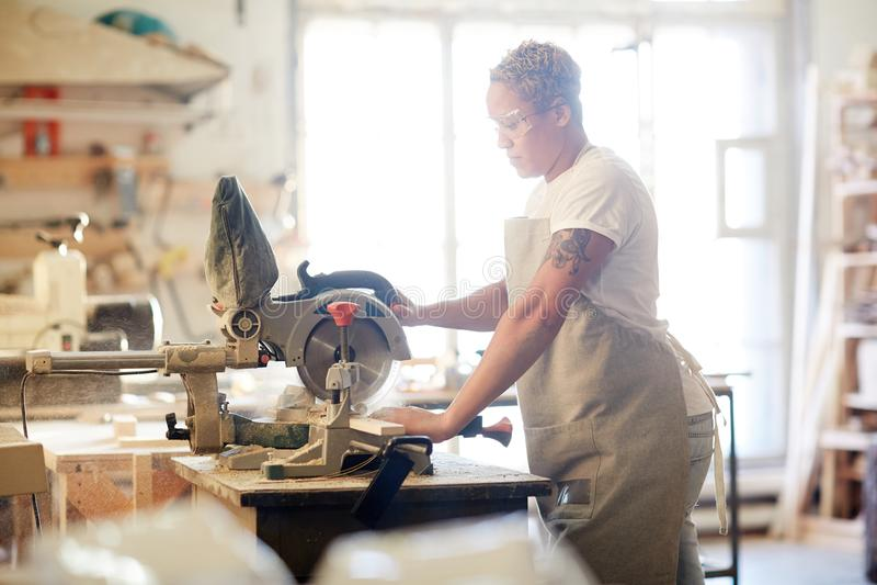 Frau in der Werkstatt lizenzfreies stockbild