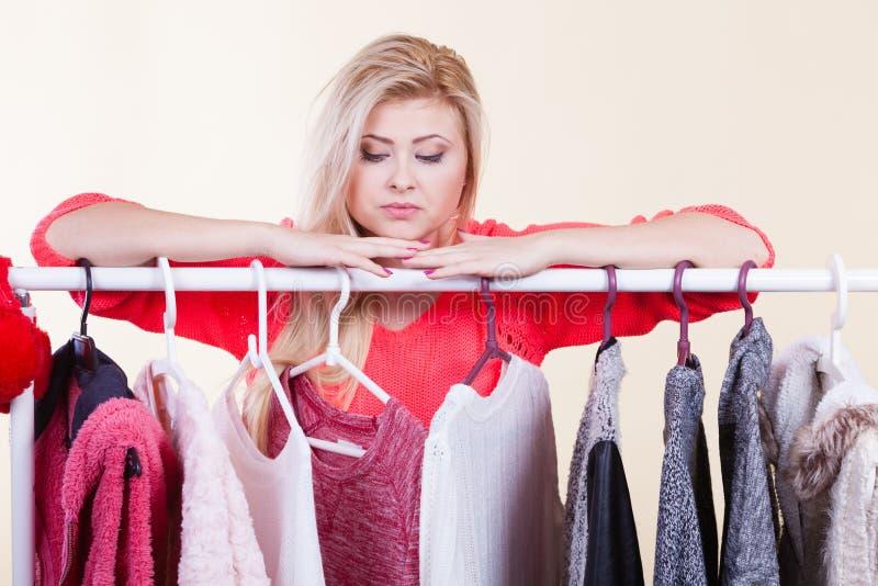 Frau in der Wintergarderobe welche Abnutzung entscheiden stockfotos