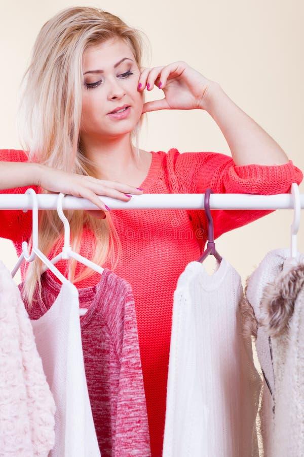 Frau in der Wintergarderobe welche Abnutzung entscheiden stockfotografie