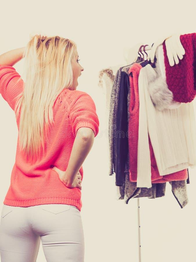 Frau in der Wintergarderobe welche Abnutzung entscheiden lizenzfreies stockfoto