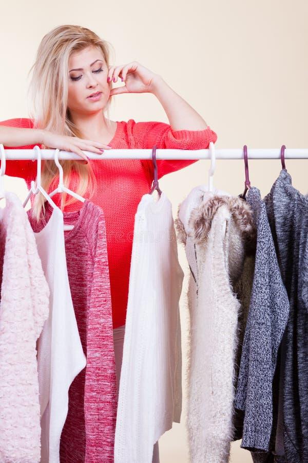 Frau in der Wintergarderobe welche Abnutzung entscheiden lizenzfreies stockbild